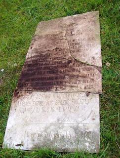 Fotografía de la lápida de la tumba de Dolores Villanueva