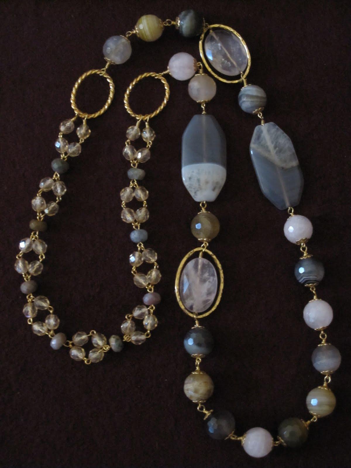 d427f3489b66 Collar largo en dorado con cuarzos (2 grandes alargados en gris y 2 ovales  facetados de cuarzo rosa