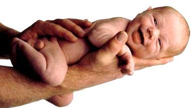Foto de bebé entre las manos del padre