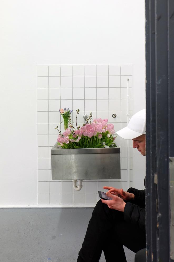 Kunst am Waschbecken, Nebenschauplatz, Galerie, Kunstakademie, Düsseldorf, Rundgang, Rundgang 2017, Atelier, Blumen, ein Waschbecken voll Blumen, die Kunst der Unordnung, unbewusste Ordnung, Minza will Sommer
