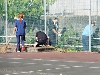 テニスコート周りの側溝も綺麗にしていきます。