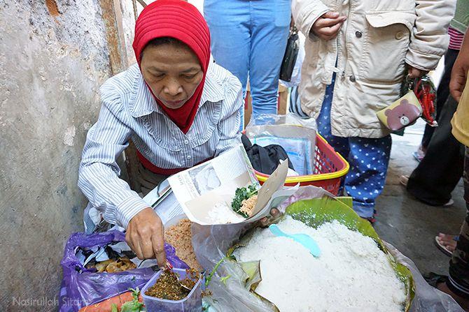 Mbah penjual Nasi Jagung Urap di Pasar Ngablak, Magelang