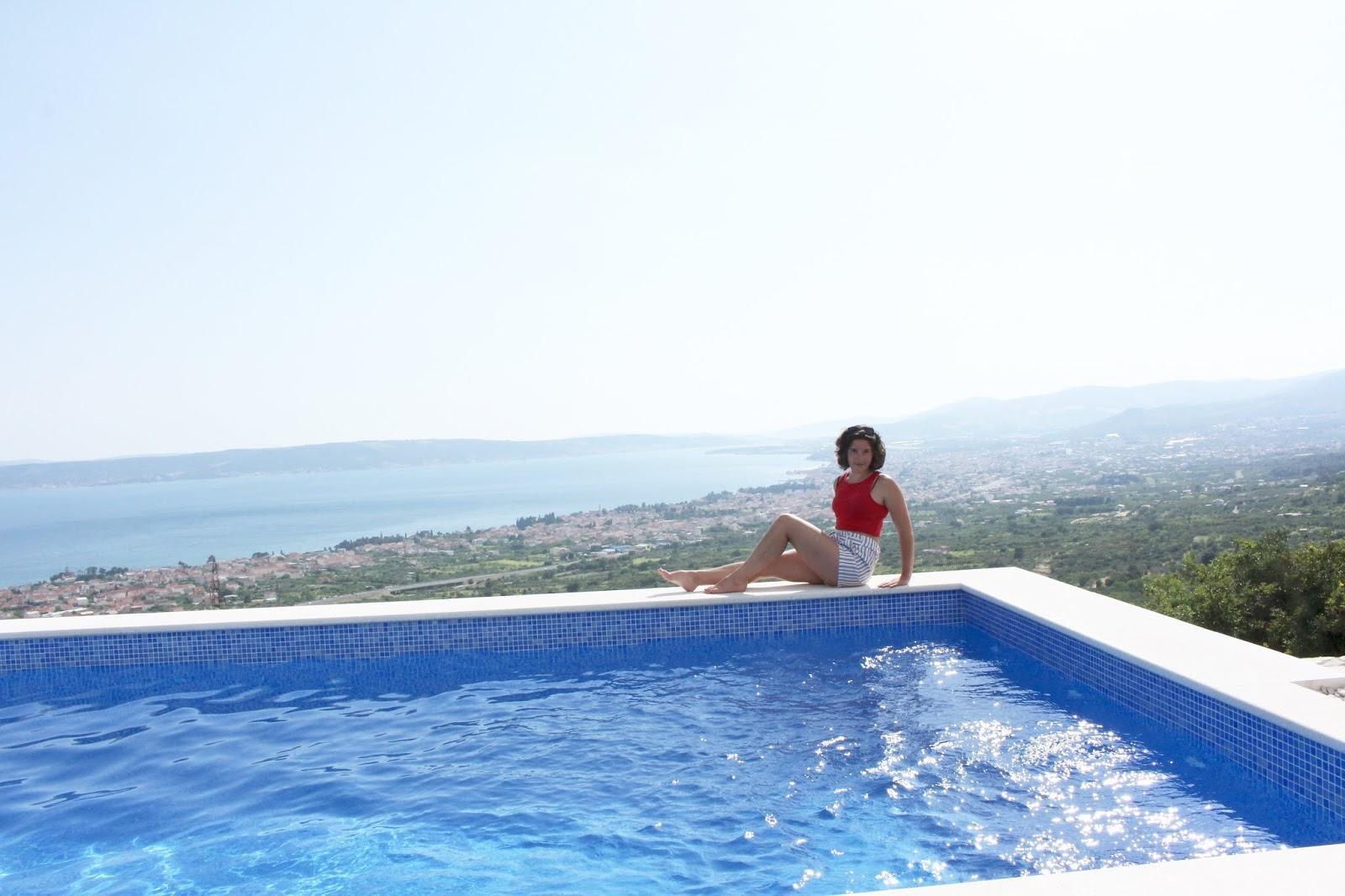 Meine süße Sophie vor dem atembraubenden Ausblick von der Villa Hill View, Kroatien