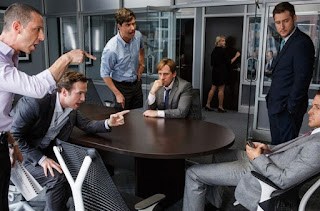 """Filme """"A queda de Wall Street""""  Steve Carell,  Christian Bale,  Brad Bitt, Selena Gomez"""