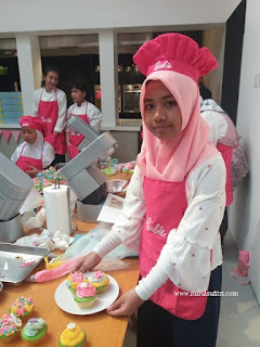 teteh rafa shahira selesai membuat es teler cupcakes masak bersama barbie resep chef stella lowis nurul sufitri blogger almond zucchini cooking studio
