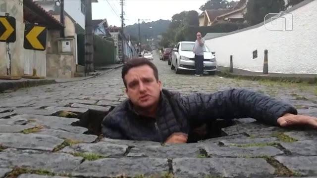 Vereador de Petrópolis entra em buraco para denunciar precariedade das ruas