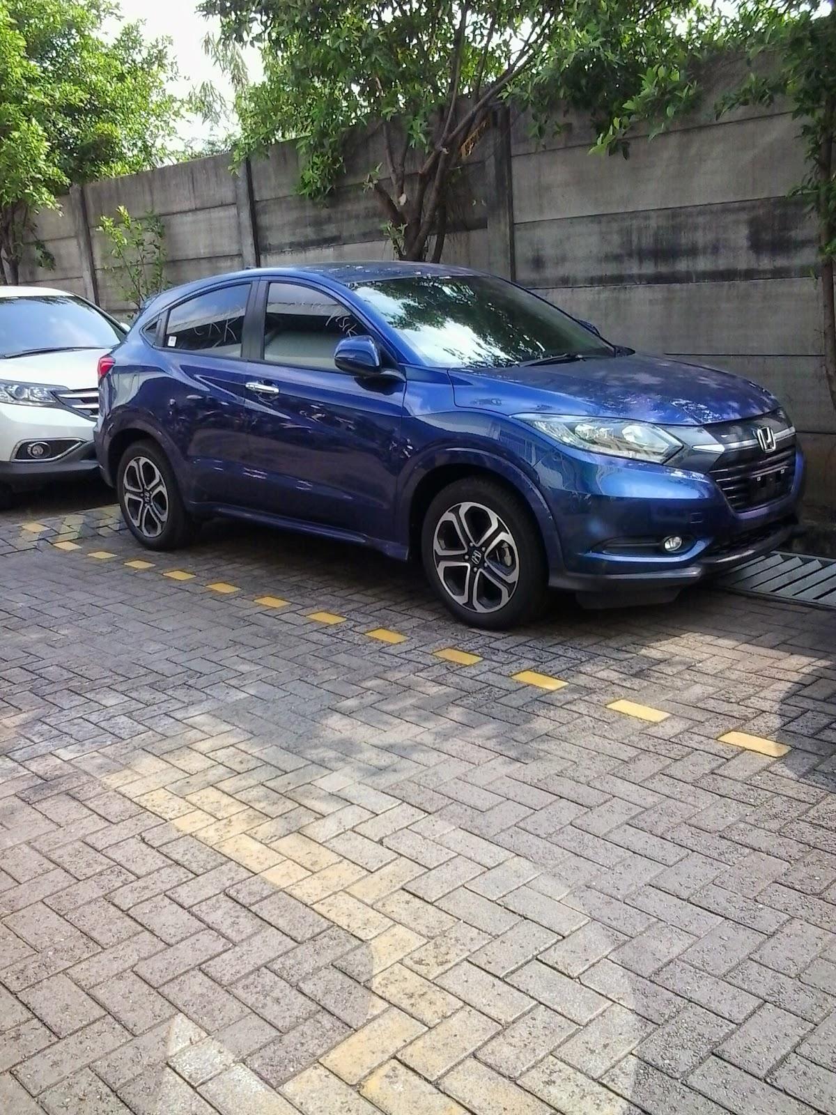 Mobil Honda HRV Berwarna Biru