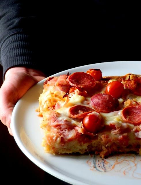 Pizza al pepe nero con prosciutto cotto, salamino, provolone e pecorino