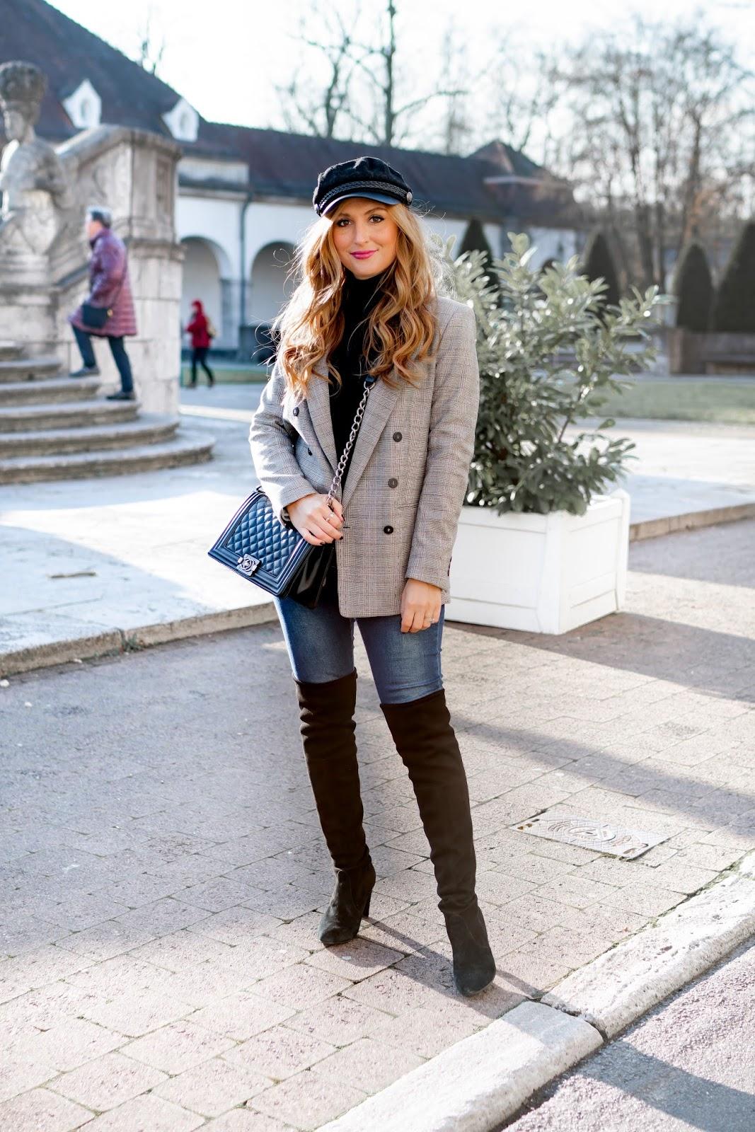 Schiffer-mütze-matrosen-kappe-trends-2018-Chanel-boybag-chanel-tasche-Stusart-weitzmann-stiefel-Stuart-weitzmann-overknees-Karo-Blazer-H&M-Trend-Schiffermütze-fashionblogger-style-fashionstylebyjohanna