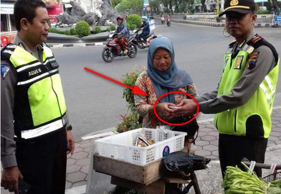 Kisah Kejujuran Penjual Sayur Yang Menemukan Segepok Uang