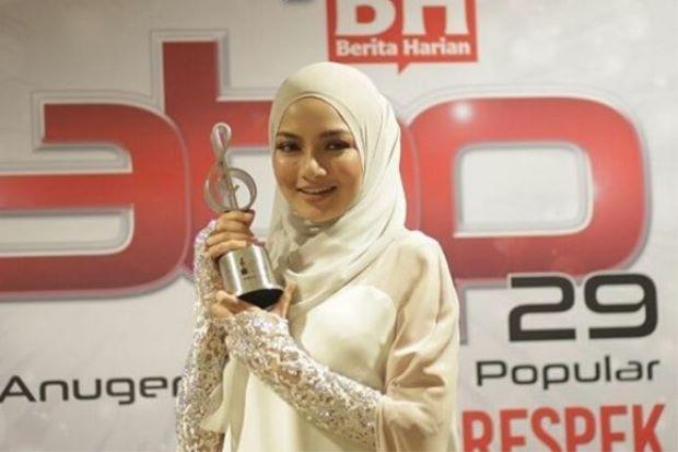 Neelofa Rangkul Gelaran Bintang Paling Popular ABPBH29