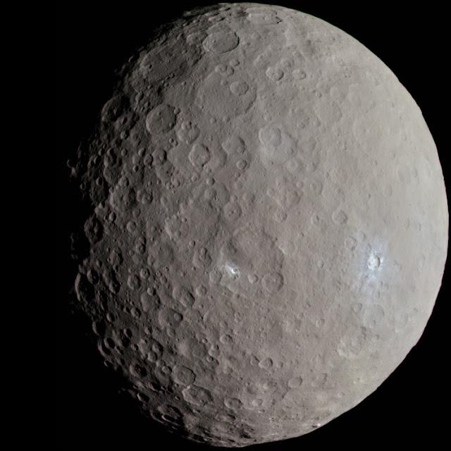 Ceres là hành tinh lùn lớn nhất trong vành đai tiểu hành tinh nằm giữa Sao Hỏa và Sao Mộc. Hình ảnh được chụp bởi tàu vũ trụ Dawn vào ngày 21 tháng 10 năm 2015.