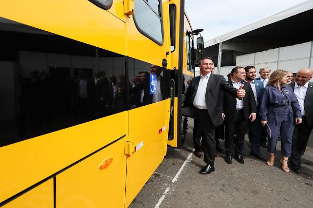 Presidente Jair Bolsonaro entrega ônibus escolares em Goiás