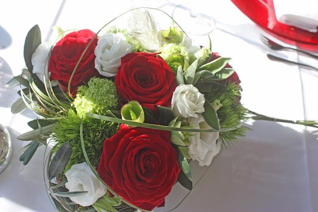 Verlobungsdinner - herzförmiges Blumengesteck mit roten Rosen und weißen Blüten - proposal dinner - centerpiece with red roses and white blossoms - Riessersee Hotel Garmisch-Partenkirchen