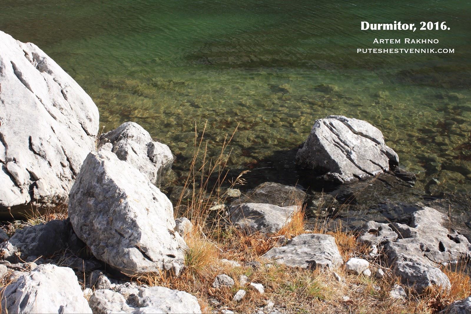 Изумрудная вода в озере