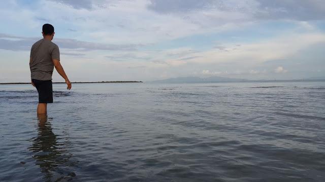Air laut pantai alami yang tenang