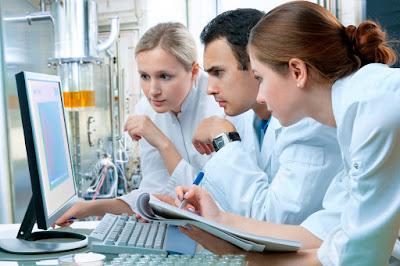 cientificos analizando muestras quimicas