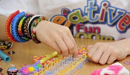 Gelang Rainbow Loom, Memacu Kreatifitas Anak