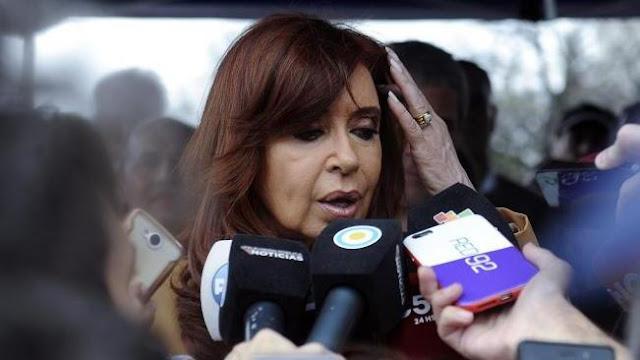 La expresidenta de Argentina Cristina Fernández de Kirchner declara ante los medios de comunicación tras presentarse ante la justicia, 31 de octubre de 2016.