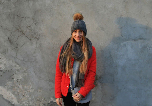 Red jacket & grey accents | Strój dnia