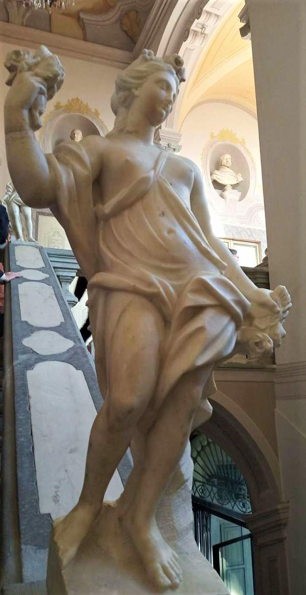 statua sullo scalone di palazzo negri dosi