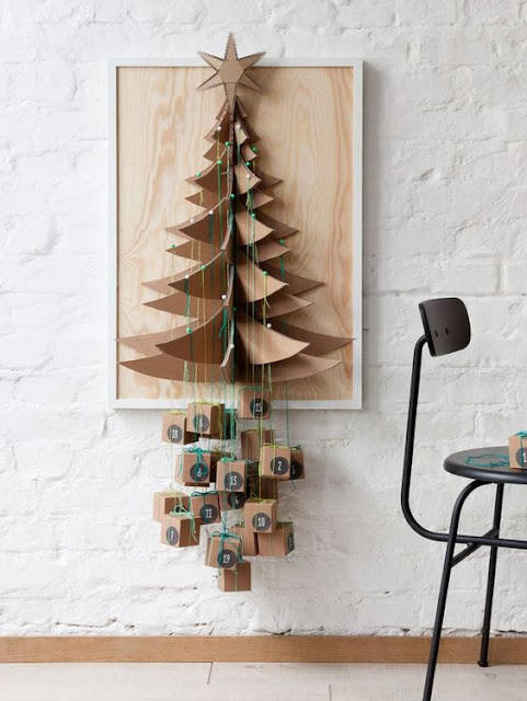 Árbol de Navidad de cartón con calendario de adviento