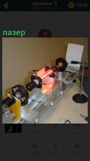 На столе расположена специальный прибор для получения лазера
