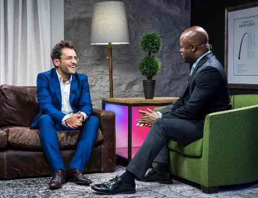 Levon Aronian interviewé par Maurice Ashley, un excellent commentateur qui décode les coups des champions pour le grand public - Photo © Lennart Ootes