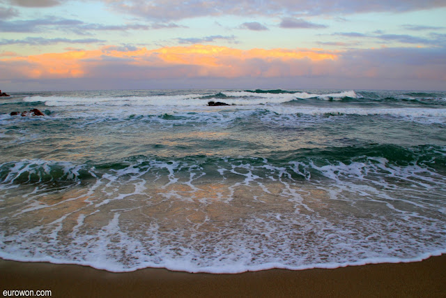 Mar de la costa este de Corea del Sur al atardecer