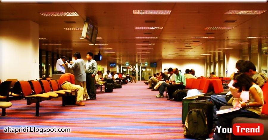 Sangat Kontras Dengan Kejadian Ketika Orang Orang Yang Antre Bbm Karena Kelangkaan Bahan Bakar Aktifitas Kedatangan Baik Dari Airport Dermaga