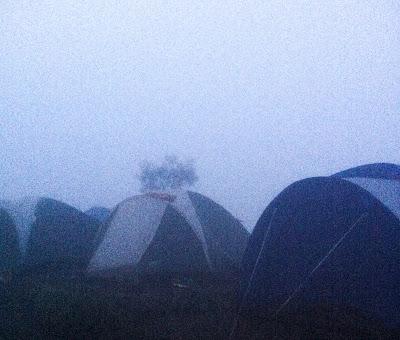 suasana kabut di sekitar tenda