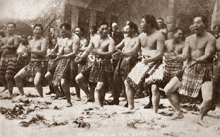 Otros guerrero maoríes, más auténticos que los anteriores, bailando la haka