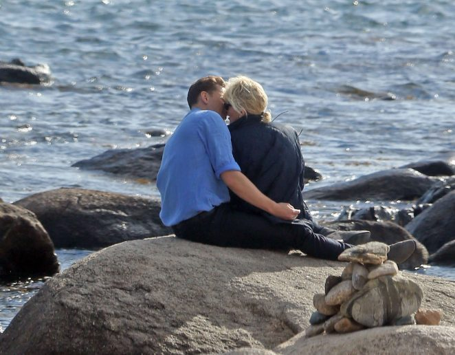 Taylor Swift & Tom Hiddleston get hot and heavy on Rhode Island beach