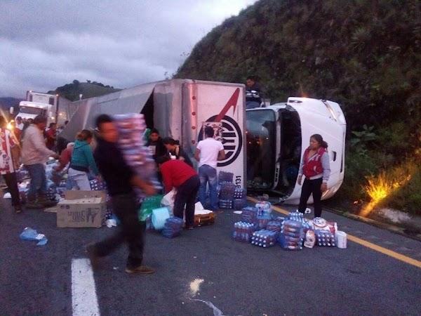 Se vuelca camión con víveres para damnificados y la gente se los roba (FOTOS)