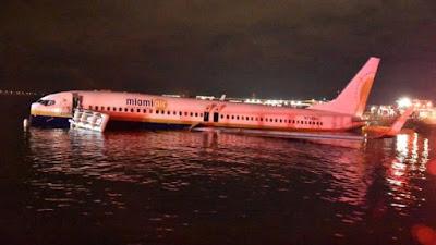 Un Boeing 737 se sale de la pista y cae en un río de Florida
