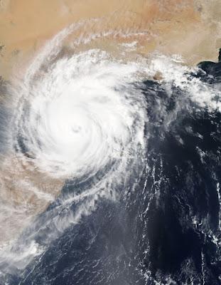 imaginea unui uragan - foto de NASA - unsplash.com