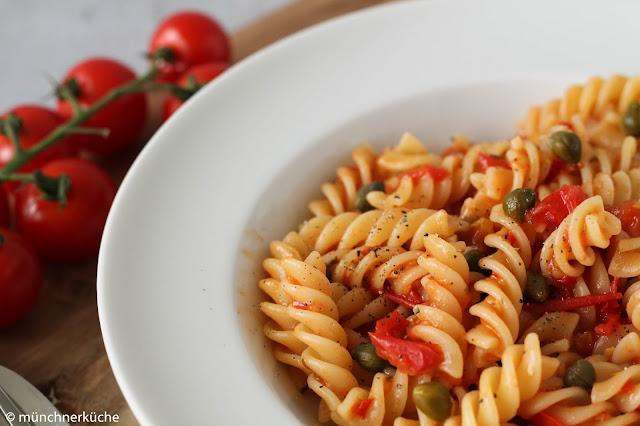 Ein leichtes Sommeressen? Kein Problem. Pasta mit Tomaten und Kapern.