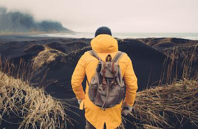 chico con chubasquero en un día lluvioso de abril en Islandia