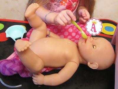 Беби Борн кушает из ложки