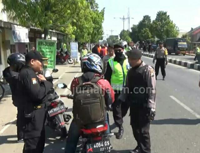 Petugas Gabungan Sweeping Kendaraan Roda Dua di Perbatasan Madiun