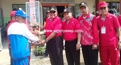 PIALA BERGILIR : Bupati Kubu Raya Rusman Ali SH Menyerahkan Piala Bergilir PORSENI Guru Kabupaten Kubu Raya secara simbolis untuk diperebutkan kembali dalam ajang PORSENI Guru KKR Tahun ini. Foto Asep Haryono