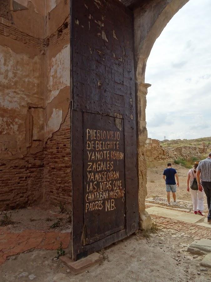 Versos en la Puerta de la Iglesia de San Martín de Tours, Belchite escritos por Natalio Baquero
