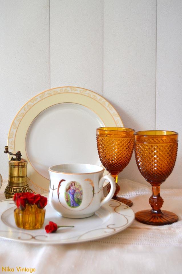 tazas isabelinas, portaretratos antiguo, plato limoges, ambientacion jane eyre