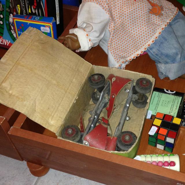 Görkorcsolya - ez sem egy mai darab, cipőre rögzíthető gyermek görkorcsolya
