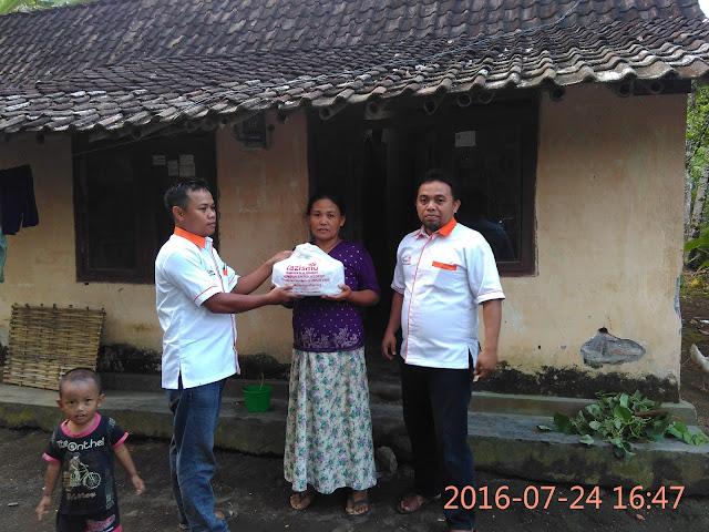 Team Lazismu Jember di Mrapen Berbagi Snack dengan Keluarga Dhuafa