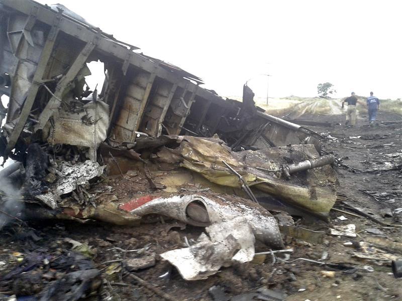 Gambar pesawat MAS MH17 terhempas