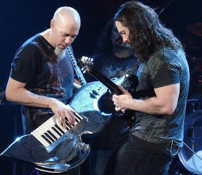 Foto de dos integrantes de Dream Theater con sus instrumentos