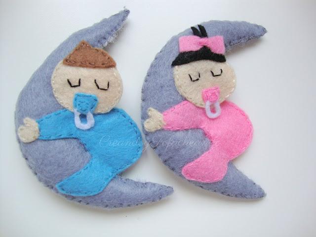 bebés de fieltro dormiditos con una luna