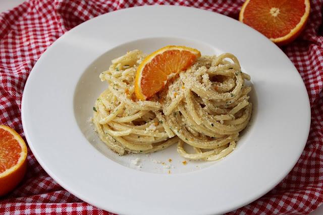 Makaron z sosem pomarańczowym