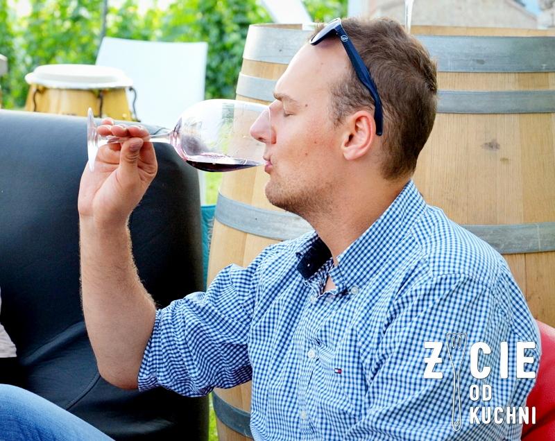 gruzinskie wina, degustacja gruzinskich win, vinisfera, georgian wine agency, malinova, poznaj smak gruzji, mezczyzna pije wino, zycie od kuchni
